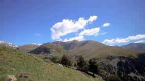 Längd i fot räknat för Tid schackningsperiod från en dal nära dalen av Nuria i berg Pyrenees i Catalonia, Spanien lager videofilmer