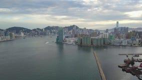 längd i fot räknat 4K av den Hong Kong och Kowloon staden från himmel arkivfilmer