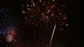 längd i fot räknat 4K av slutet upp verklig färgrik fyrverkerifestival tänder upp i himlen på den mörka nattplatsen för feriefest