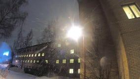 längd i fot räknat 4K av tungt snöfall under lampstolpen arkivfilmer