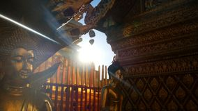 längd i fot räknat 4k guld- buddha staty i solljus på den Wat Phra That Doi Suthep templet, Chiang Mai, Thailand Wat Phra That Do arkivfilmer