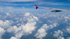 längd i fot räknat 4k Lopp förbi luft flyg- sikt till och med ett flygplanfönster påskynda flygplanet och härliga vitmoln i blå h lager videofilmer