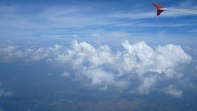 längd i fot räknat 4k Lopp förbi luft flyg- sikt till och med ett flygplanfönster påskynda flygplanet och härliga vitmoln i blå h arkivfilmer