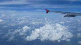 längd i fot räknat 4k Lopp förbi luft flyg- sikt till och med ett flygplanfönster påskynda flygplanet och härliga vitmoln i blå h stock video