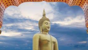 längd i fot räknat 4k stor stor kraftig Buddhastaty i guld- färg med bågen för dörrram och härlig tidschackningsperiod av himmel  arkivfilmer