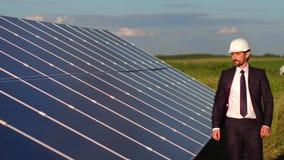 Längd i fot räknat med paneler för sol- energi som installeras i fältet lager videofilmer