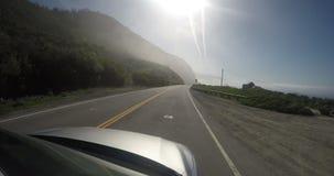 Längd i fot räknat utifrån av en bil på en väg stock video