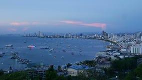 Längd i fot räknattidschackningsperiod av den Pattaya synvinkeln från dag till natten med belysning från fartyget på solnedgång-  stock video