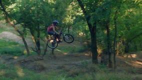Längdhopp på språngbrädan av cyklisten lager videofilmer