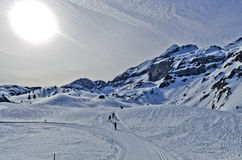 Längdlöpning skidar passerande över den Somport semesterorten i Pyrenees royaltyfri foto