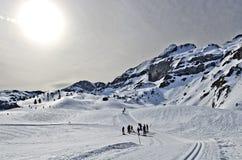 Längdlöpning skidar passerande i den Somport semesterorten i Pyrenees royaltyfri bild