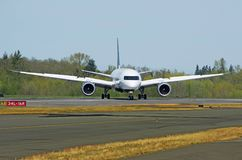 Länge - kommersiellt modernt flygplan för transportsträcka som rättframt är roterande på landningsbana Royaltyfri Foto