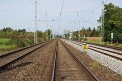 Länge och raka järnvägsspår royaltyfri bild
