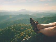 Länge tröttade nakna ben, i att fotvandra sandaler på maximum Att fotvandra i sandsten vaggar, det bergiga landskapet Royaltyfri Foto