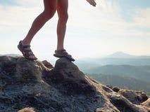 Länge tröttade nakna ben, i att fotvandra sandaler på maximum Att fotvandra i sandsten vaggar, det bergiga landskapet Fotografering för Bildbyråer