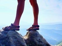Länge tröttade nakna ben, i att fotvandra sandaler på maximum Att fotvandra i sandsten vaggar, det bergiga landskapet Royaltyfria Foton