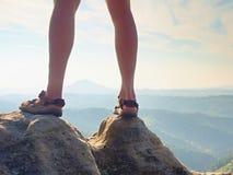 Länge tröttade nakna ben, i att fotvandra sandaler på maximum Att fotvandra i sandsten vaggar, det bergiga landskapet Arkivbilder