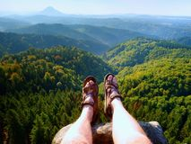 Länge tröttade nakna ben, i att fotvandra sandaler på maximum Att fotvandra i sandsten vaggar, det bergiga landskapet Arkivbild