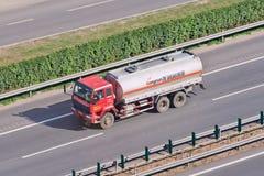 Länge - transport för körningsvätskegas på motorvägen, Peking, Kina Royaltyfria Bilder