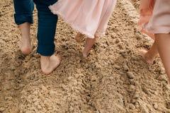 längs att gå för strandfamilj Royaltyfri Foto