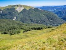 Längs banan in mot toppmötet av berget Arkivbild