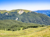 Längs banan in mot toppmötet av berget Arkivfoto