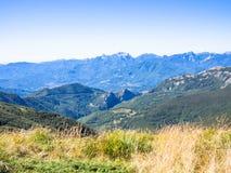 Längs banan in mot toppmötet av berget Royaltyfri Fotografi