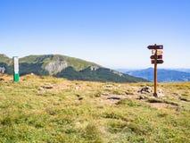 Längs banan in mot toppmötet av berget Arkivbilder