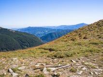 Längs banan in mot toppmötet av berget Royaltyfri Foto