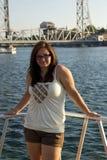 längs barn för ståendewaterwaykvinna Royaltyfri Bild