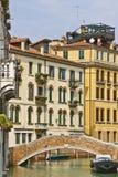 längs byggnader channel venetian venice vatten Royaltyfri Bild