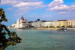 Längs Danubet River i Budapest huvudstaden av Ungern Sikt av den ungerska parlamentbyggnaden arkivfoton
