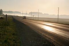 längs den dimmiga vägen för bilkörning Royaltyfria Foton
