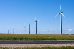 längs den interstate moderna windmillen för generatorer Royaltyfria Foton