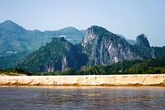 längs den wild mekong bergfloden Arkivfoton