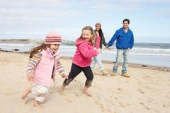 längs gå vinter för strandfamilj Arkivbild
