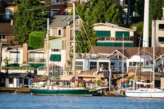 Längs husbåtar royaltyfri foto