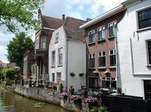 längs kanalen houses Nederländerna royaltyfri foto