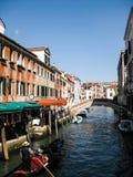 Längs kanalen i Venedig Arkivfoto