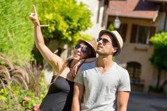 längs runt om lycka för rolig hand för flickvän för attraktiva för bakgrundsstrand härliga blåa för pojkvän par för begrepp gulli Royaltyfria Bilder