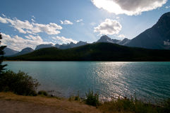 Längs shorelinen på pilbåge sjön Alberta Royaltyfri Fotografi