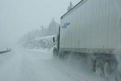 längs snöig hastighetstrafik för icy vägar Royaltyfri Bild