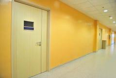 längs stängda korridordörrar Royaltyfria Bilder