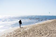 längs strand gå royaltyfria foton