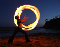 längs strandskymningfiredancer Royaltyfri Fotografi
