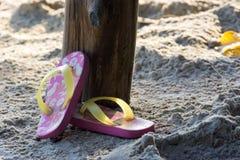 Längsgående stödbjälke på en strand i en sommarutflykt Royaltyfri Fotografi