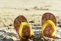 Längsgående stödbjälke på en strand i en sommarutflykt Royaltyfri Foto