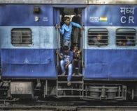 Längsgående stödbjälkegruppdrev i Indien som är fullt av fattigt folk arkivbilder