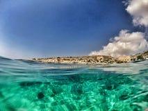 Längst ner blått hav Arkivbild