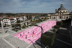 Längst rosa halsduk för Amdos guinness rekord royaltyfria bilder